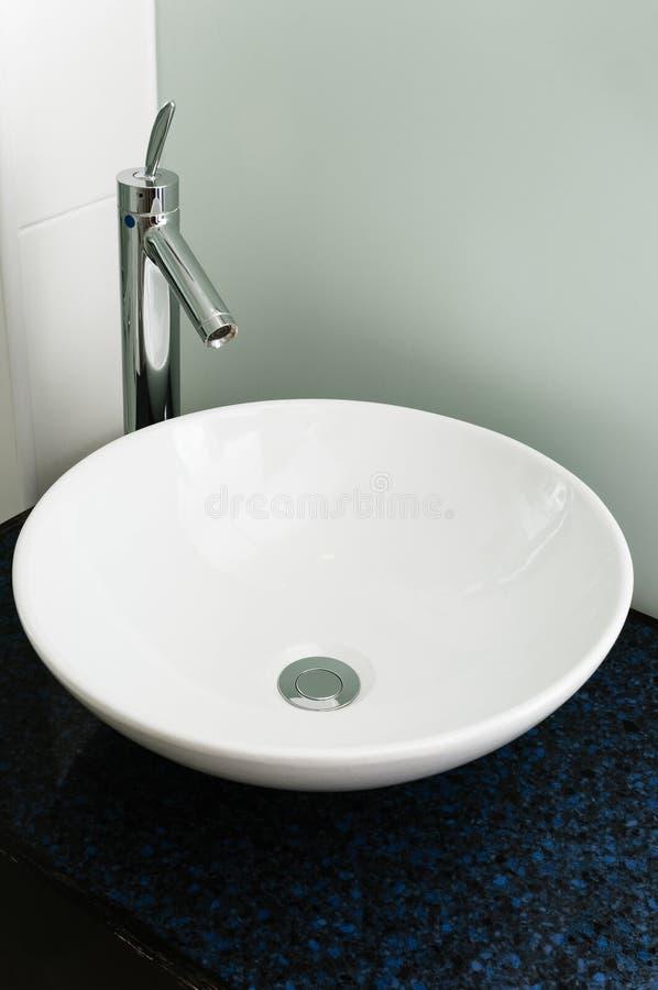 干净卫生间水槽现代水池白色陶瓷镀铬物的轻拍 库存照片