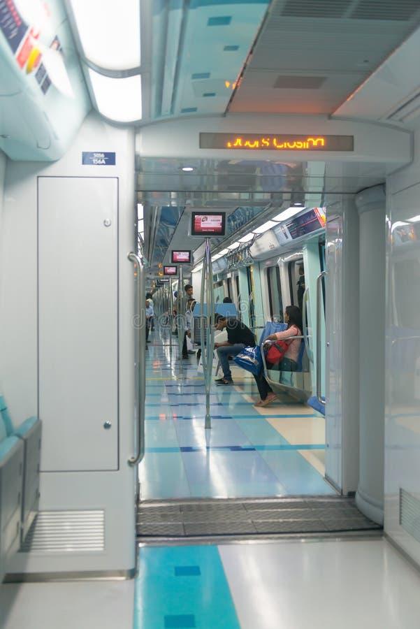 干净和现代地铁火车,先进的迪拜的部分,高技术 库存照片