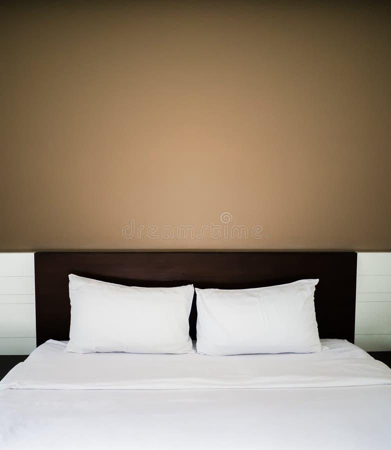 干净和整洁的床 免版税库存照片