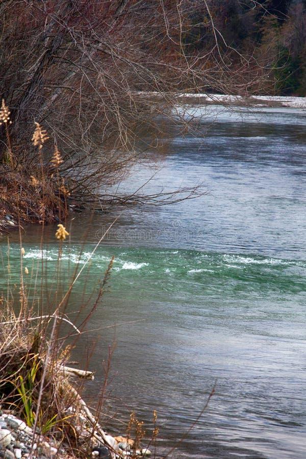 干净的河从山、急流和酒吧石渣流动下来 库存图片