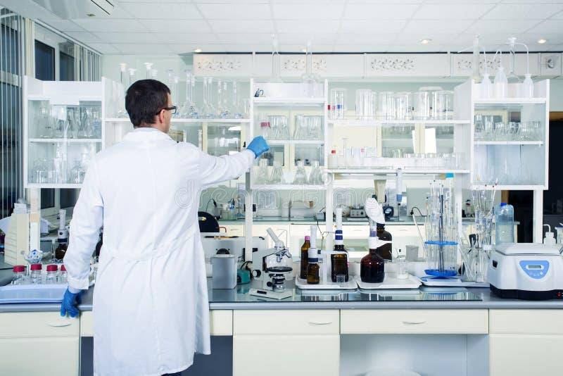 干净的现代白色实验室背景内部  实验室概念 图库摄影