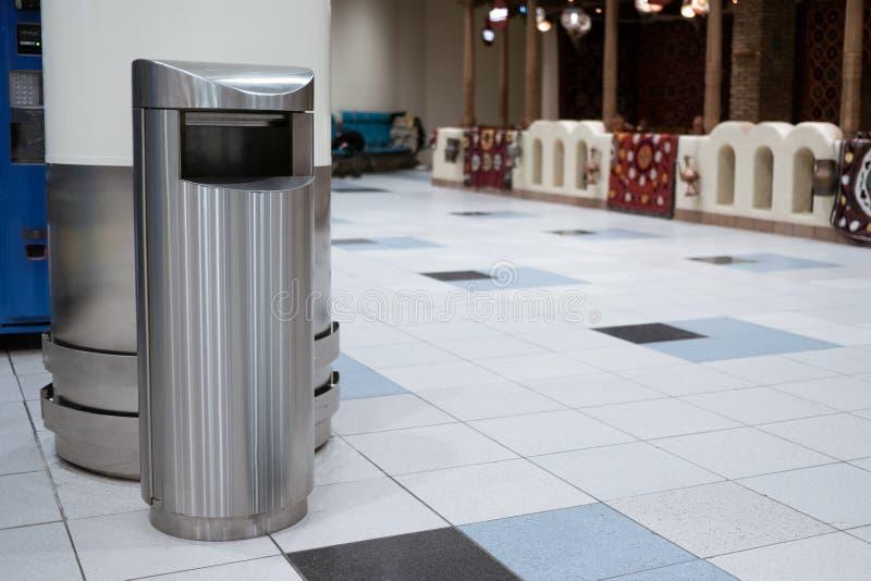 干净的金属trashcan在机场 库存照片