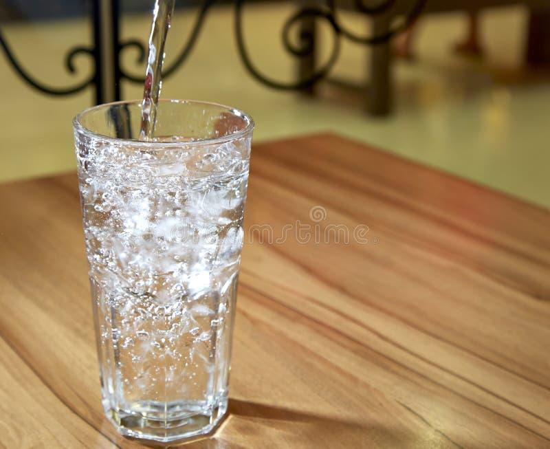 干净的饮用的矿泉水 免版税库存照片