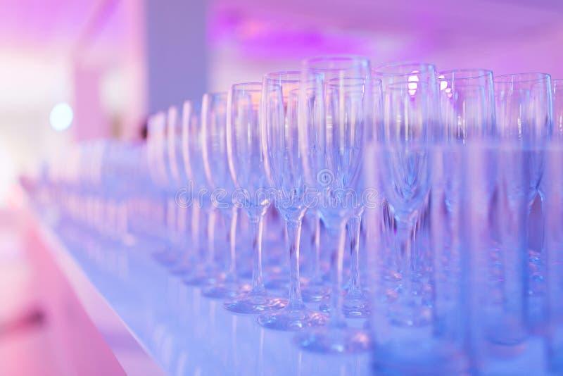 干净的玻璃行香槟的由男服务员为饮料做准备 库存照片