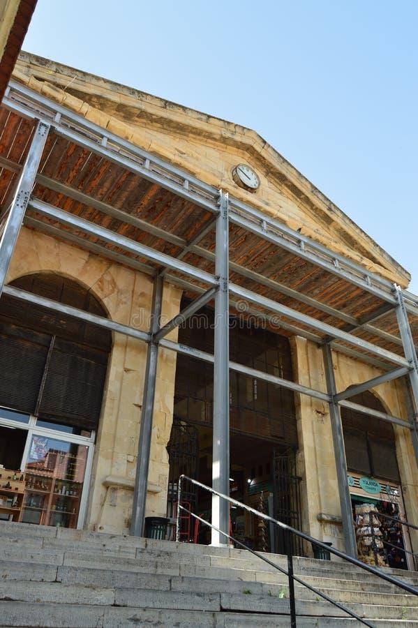 干尼亚州美好的市场的门面有它美丽的时钟的在中环中心中 历史建筑学旅行 库存照片