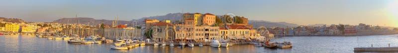 干尼亚州都市风景的惊人和美丽如画的老中心与古老威尼斯式口岸的在日落在克利特,希腊 库存照片