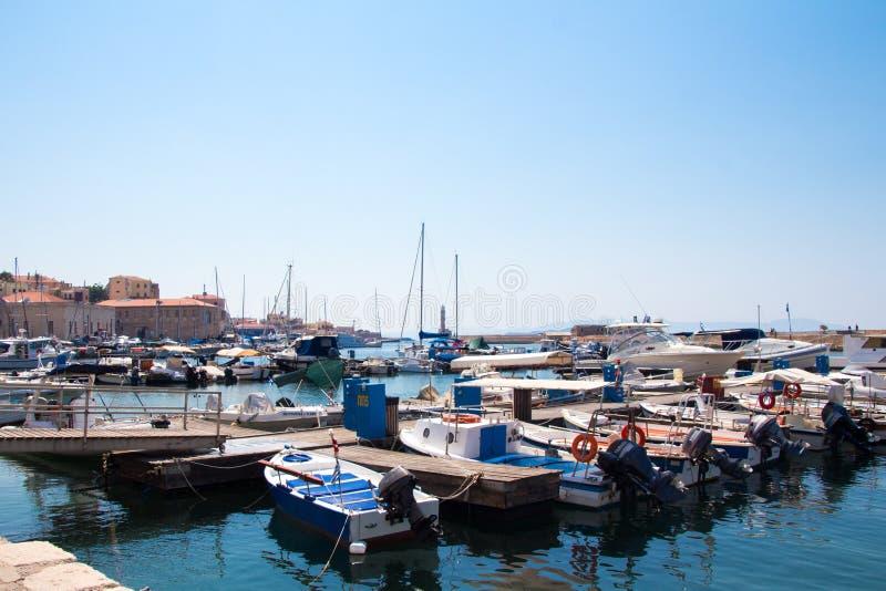 干尼亚州,克利特,希腊- 2017年6月24日:游人在一个晴天参观干尼亚州巡航港  免版税库存照片