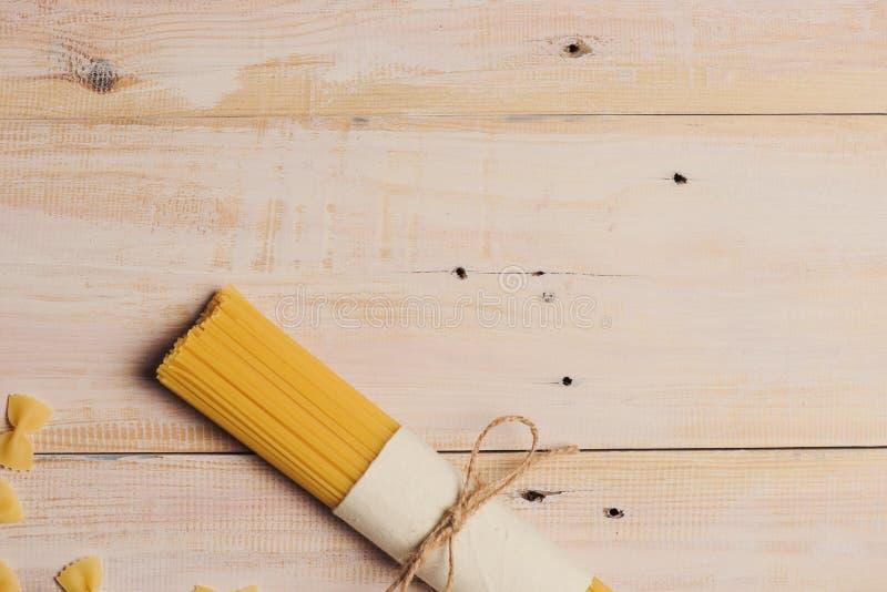 干意粉面团阻塞与在黑暗的木桌上的绳索 免版税库存照片