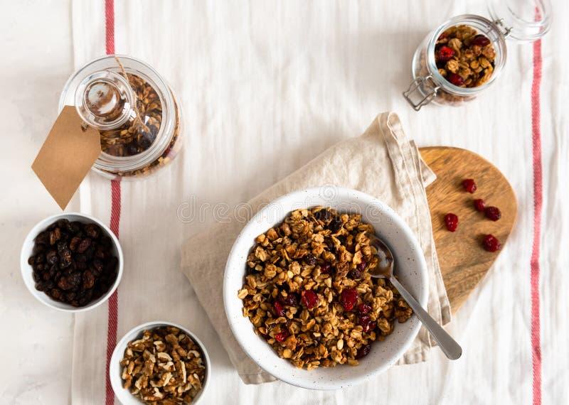 干早餐谷物 有亚麻籽、蔓越桔和椰子的嘎吱咬嚼的蜂蜜格兰诺拉麦片碗 健康,vegeterian纤维食物 库存图片
