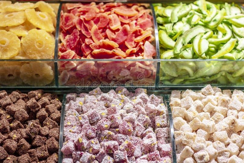 干果子和土耳其快乐糖在工作凳 库存照片