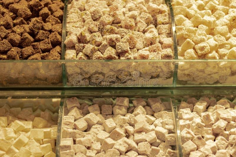干果子和土耳其快乐糖在柜台 免版税库存图片