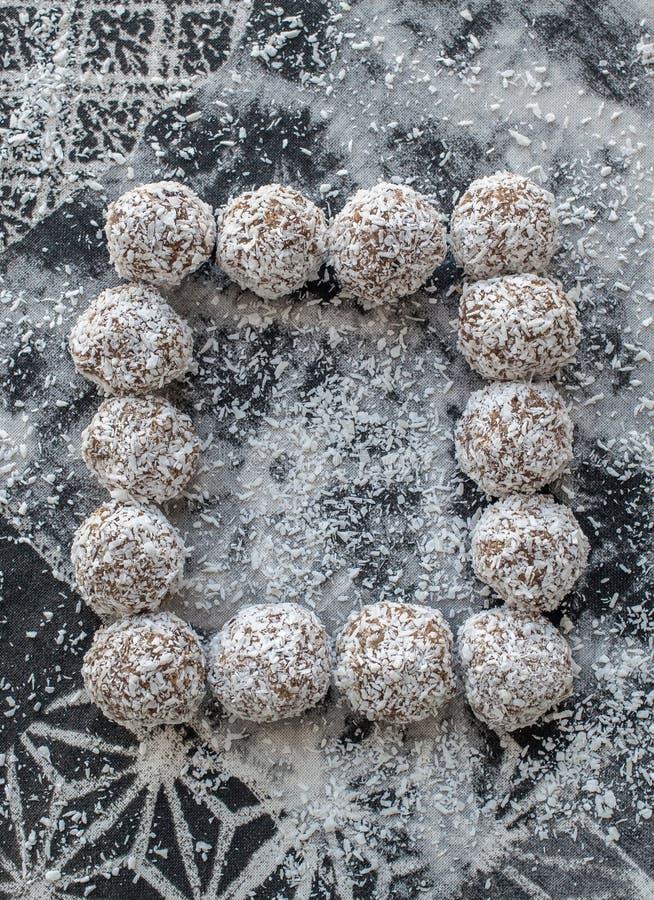 干果子和坚果健康自创甜球在灰色 图库摄影
