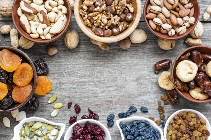 干果子和坚果的混合在土气木背景 免版税库存图片