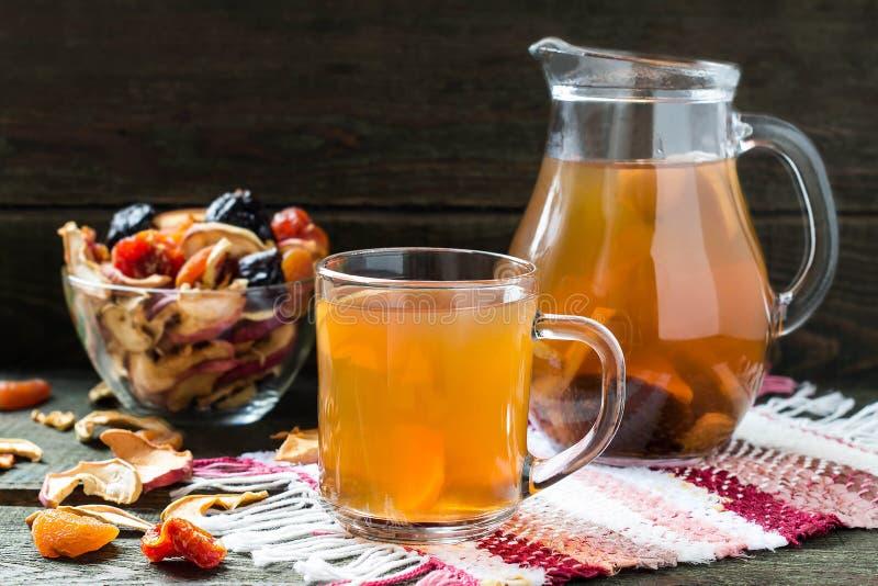 干果子和被分类的干果子蜜饯在碗 库存图片