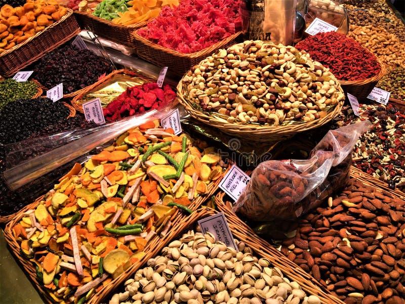 干果子和颜色在Boqueria市场,巴塞罗那,西班牙上 免版税库存照片