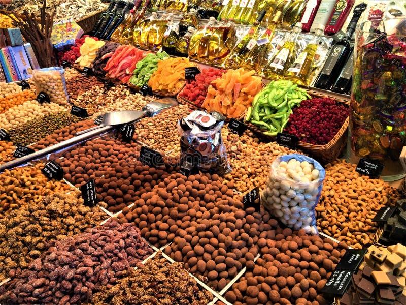 干果子和颜色在Boqueria市场,巴塞罗那,西班牙上 免版税图库摄影
