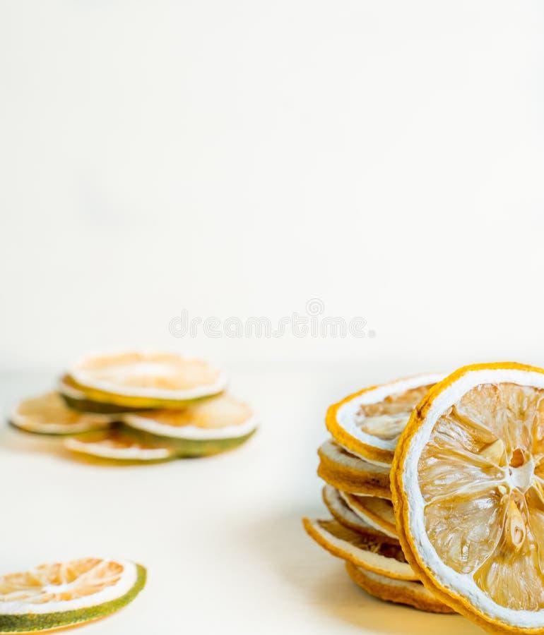 干柠檬切片一起被堆积的白色背景 E 免版税图库摄影
