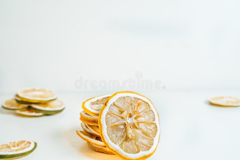 干柠檬切片一起被堆积的白色背景 E 库存图片