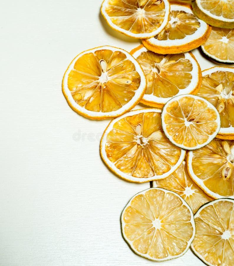干柠檬切片被堆积一起隔绝有白色背景 与干种子的干柠檬切片在堆积里面 免版税图库摄影
