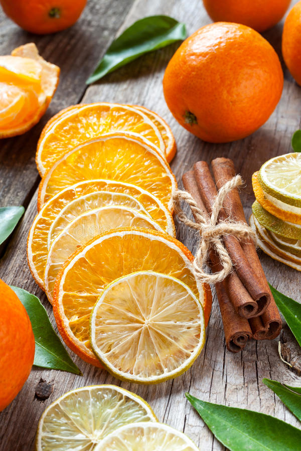 干桔子和柠檬切片、肉桂条和蜜桔 库存图片