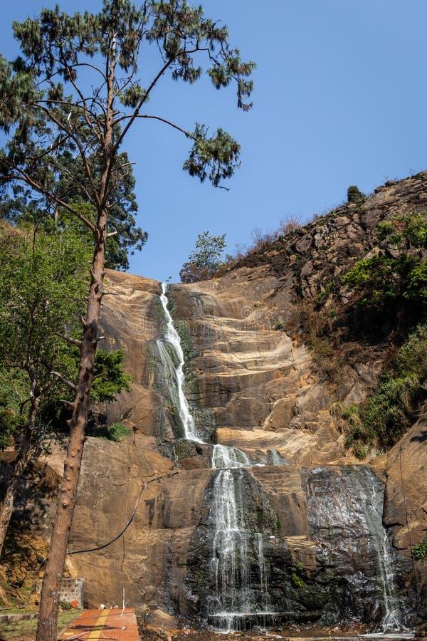 干燥在夏天交付酷暑的瀑布银色小瀑布 免版税库存图片