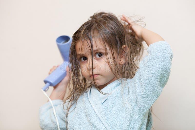 干燥女孩头发她一点 免版税库存照片