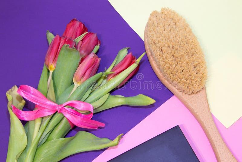 干燥按摩的刷子 新的整容术 摆脱脂肪团和伸展线 适当的护肤 接近的重点图象有选择性的温泉处理 库存照片