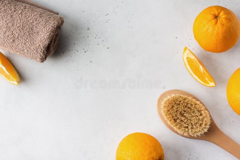 干燥按摩的自然和木刷子反对脂肪团、健康和温泉题材在白色背景 库存照片
