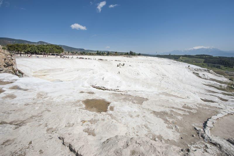 干燥白色石灰华水池大阳台 库存图片