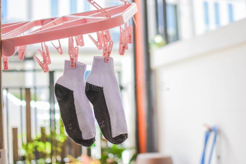 干燥的袜子,等待烘干,垂悬在晒衣绳 免版税库存照片