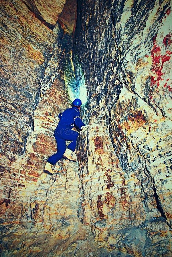 干燥隧道,人工作者在地下防护随员 神奇土牢隧道 免版税图库摄影