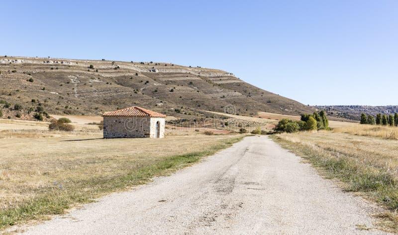 干燥风景、一条乡下公路和一个谷仓在比利亚希耶尔沃斯,索里亚,西班牙 免版税图库摄影