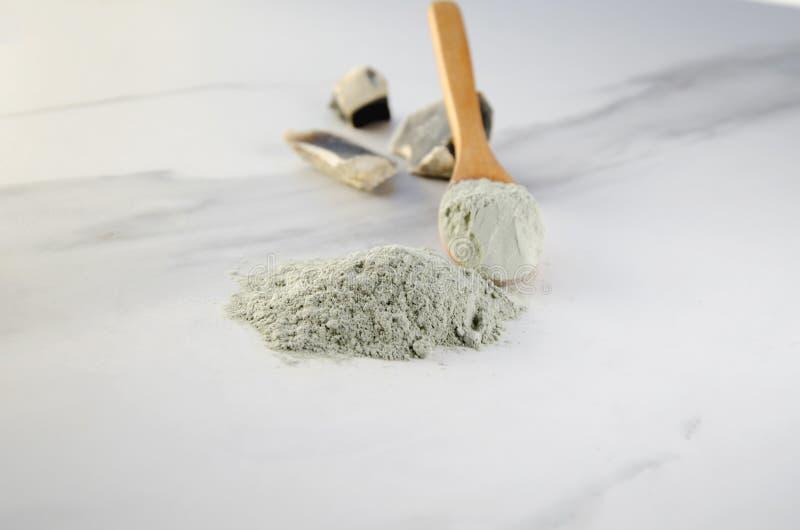 干燥黏土匙子面膜的在大理石背景 库存照片