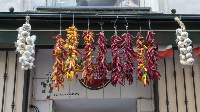 干胡椒特写镜头视图在一家小室外商店的待售在一条狭窄的街道上在索伦托,意大利 免版税库存图片