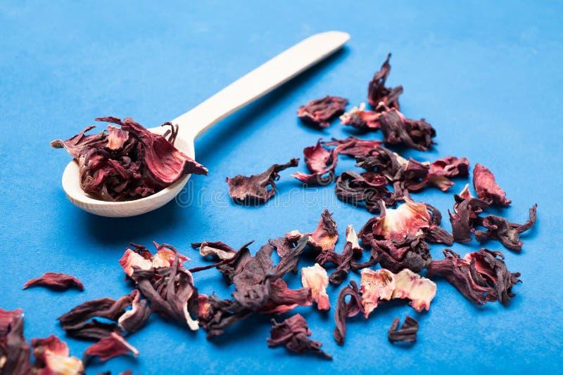干芳香木槿茶,在葡萄酒蓝色背景 库存图片