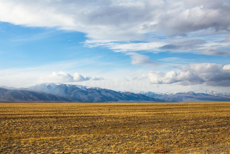 干草原和山的风景在瓦剌 自然 库存图片