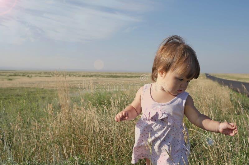 干草原的小女婴 大风景环境 旅行在中间亚洲哈萨克斯坦 免版税库存照片