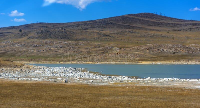 干草原的矿物湖 免版税库存图片
