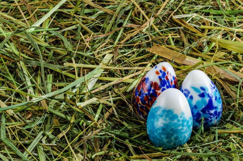 干草和复活节彩蛋 免版税库存照片
