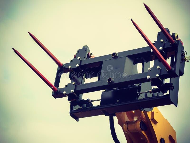 干草堆的铲车工业装载者 免版税库存照片