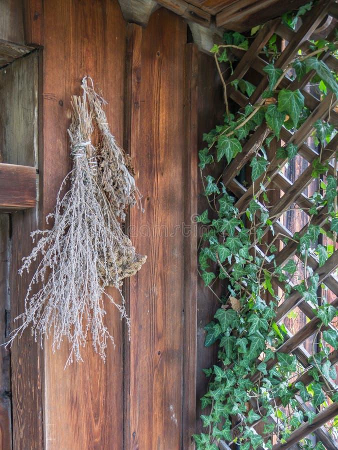 干草本在房子前面垂悬了 免版税库存照片
