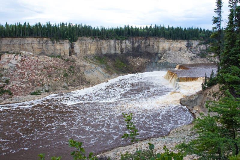干草河路易丝在Twin Falls峡谷领土公园,西北地区, NWT,加拿大落 图库摄影