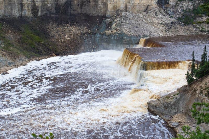 干草河路易丝在Twin Falls峡谷领土公园,西北地区, NWT,加拿大落 免版税库存照片