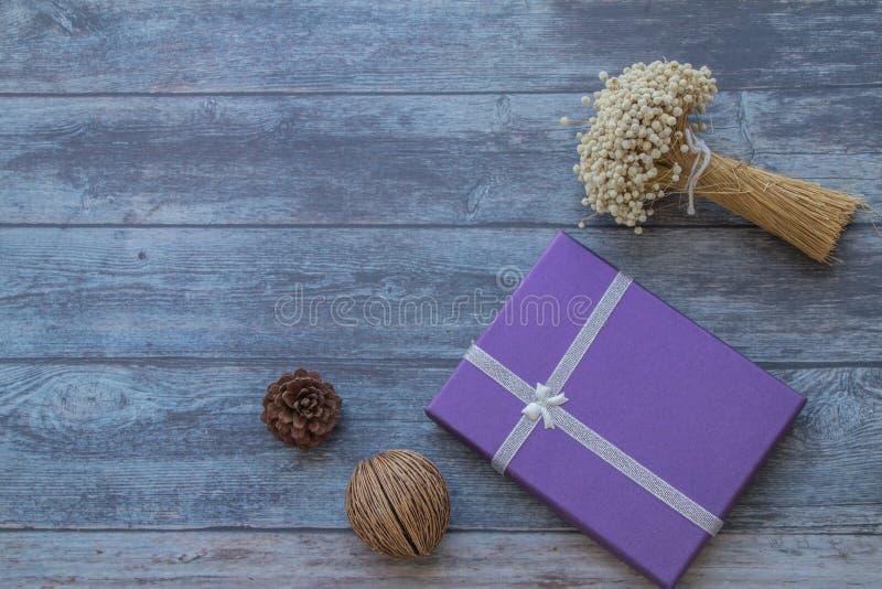 干菠萝、干花和紫色综合礼物套装背景  免版税库存照片