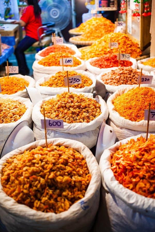 干虾和海鲜在市场上 库存照片