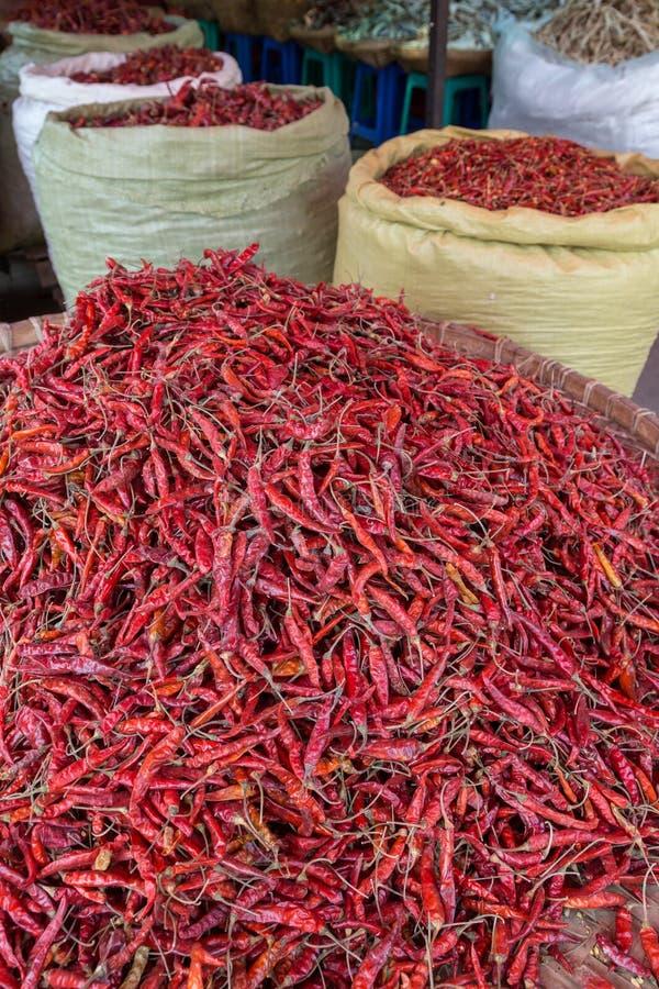 干辣椒堆在一个被编织的篮子和大袋的 图库摄影