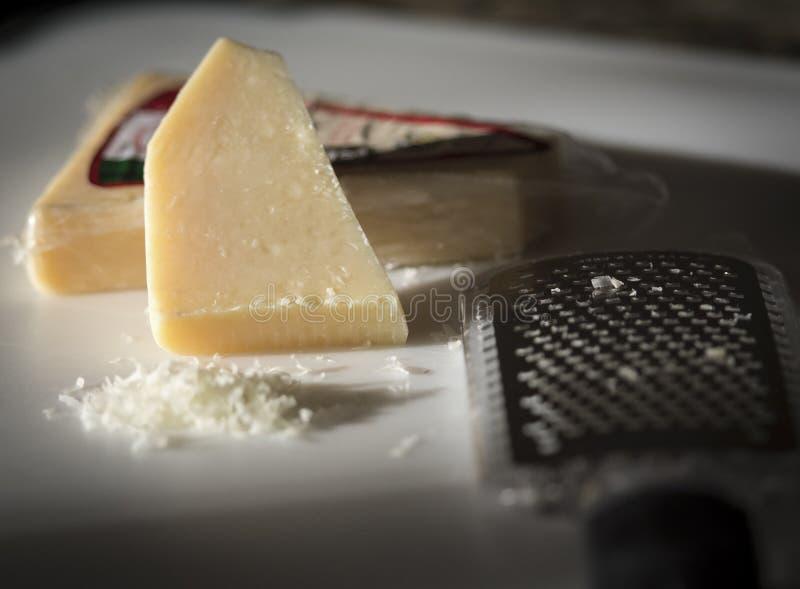 干酪和磨丝器 库存照片