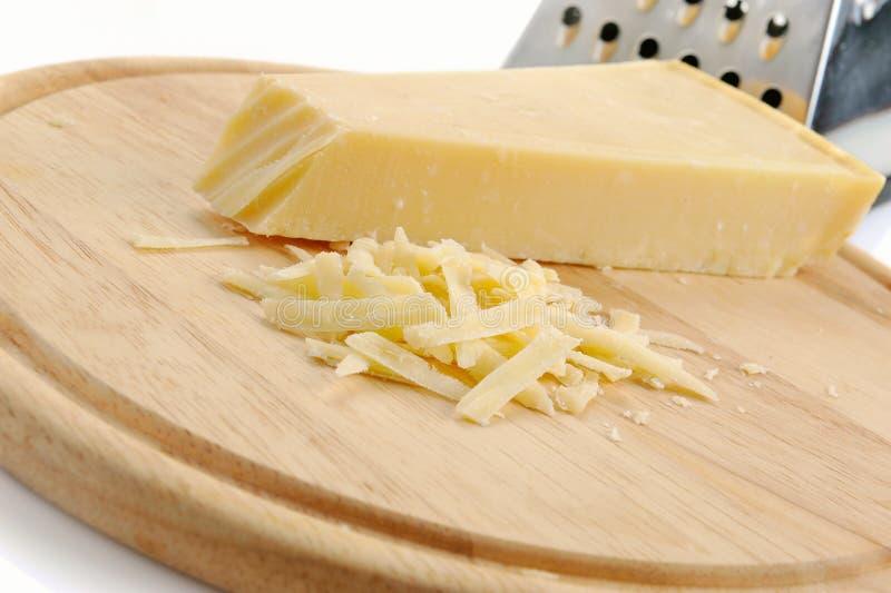 干酪新近地被磨碎的巴马干酪 免版税库存照片