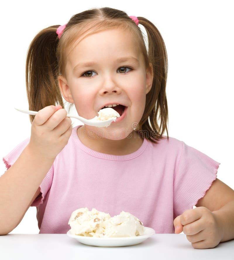 干酪村庄逗人喜爱的吃的女孩少许 免版税库存照片