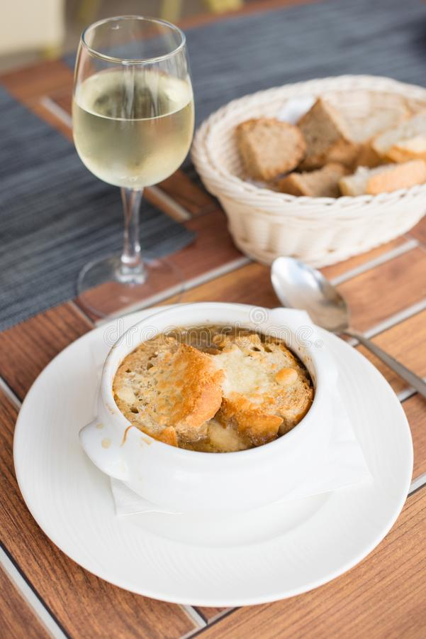 干酪油煎方型小面包片可口法国葱汤 库存照片
